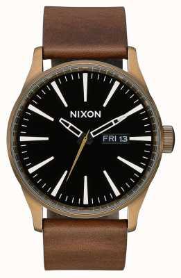 Nixon セントリーレザー|真鍮/黒/茶色|ブラウンレザーストラップ|黒の文字盤 A105-3053-00